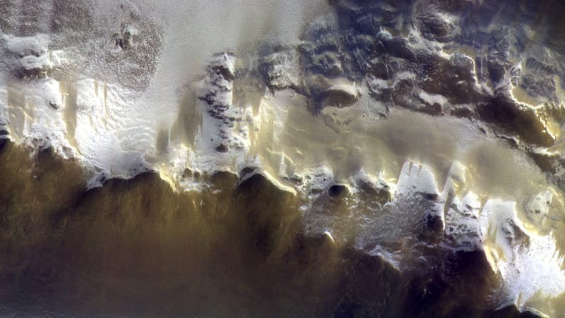 Mars orbiter photographs ice-covered edge of vast crater