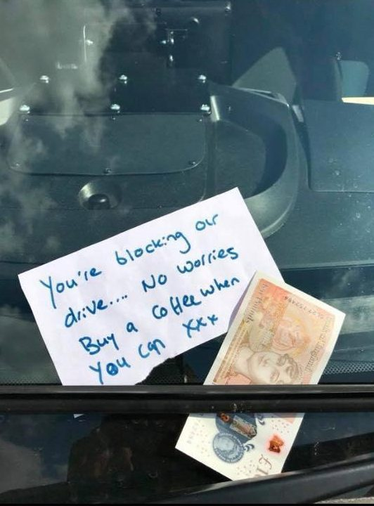Neighbour leaves heartwarming note and £10 on ambulance blocking their driveway