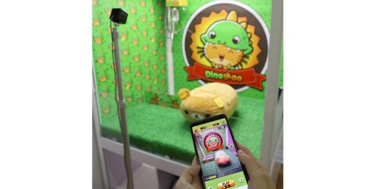 Play claw machine on Singaporean app DinoMao