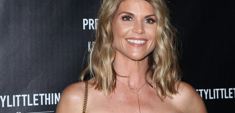 Lori Loughlin signs autographs for fans ahead of admissions scam hearing