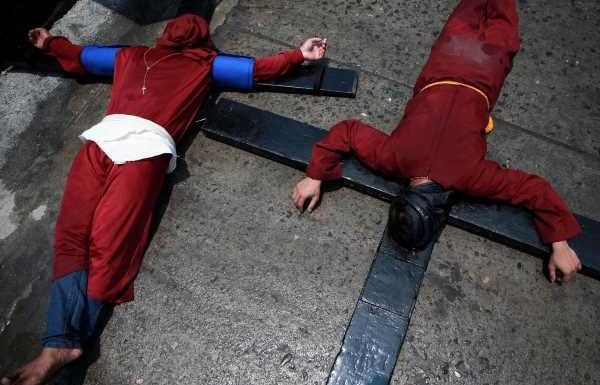 Philippine Catholics lash themselves in penance ahead of Easter