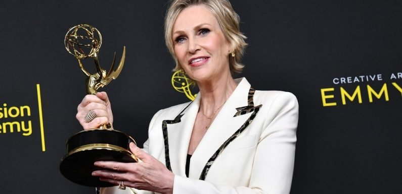 """Jane Lynch Dedicates Her 'Mrs. Maisel' Emmy To Joan Rivers, Phyllis Diller & """"Those Gals Who Blazed A Trail"""" For Female Comics"""