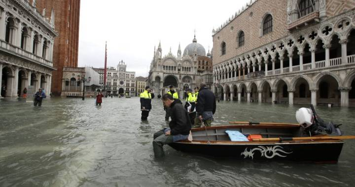 Tourists flee as Venice braces for another exceptional tide