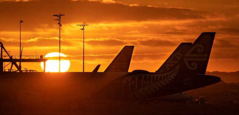 Covid 19 coronavirus: Health officials contacting 1000 people who flew from Perth to NZ